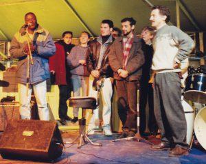De gauche à droite au premier plan, Mamadou Baguiri, Constantin Aldea, Dezideriu Urshitz et Michel Rault, à la fête de l'intégration, le 7 décembre 1991 (Collection Michel Rault)